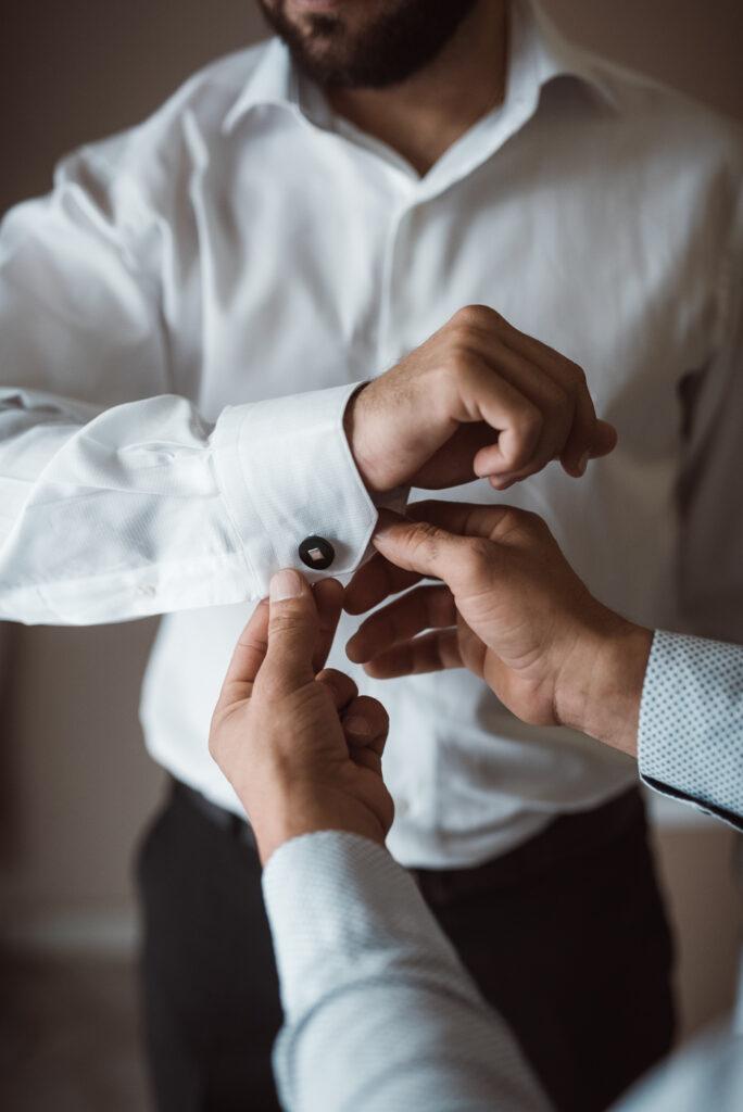 Προετοιμασία γαμπρού μανικετόκουμπα